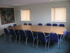 A picture of the small meeting room with a meeting table